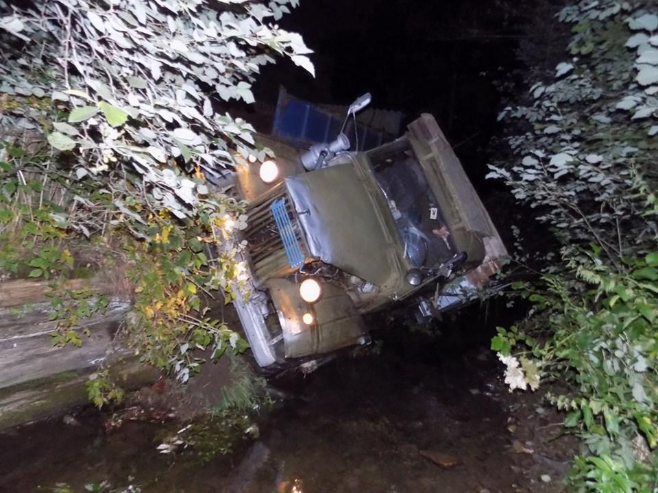 Вантажівка перекинулася в річку. Водій загинув на місці