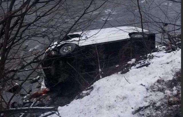 Біля Річки мікроавтобус злетів у річку
