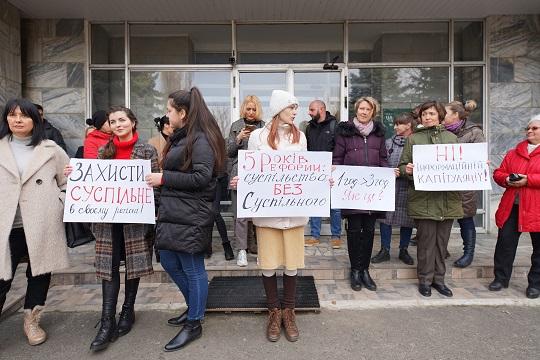 """Біля філії """"Суспільного"""" в Ужгороді відбулася акція протесту проти змін у роботі регіональних мовників (ФОТО)"""