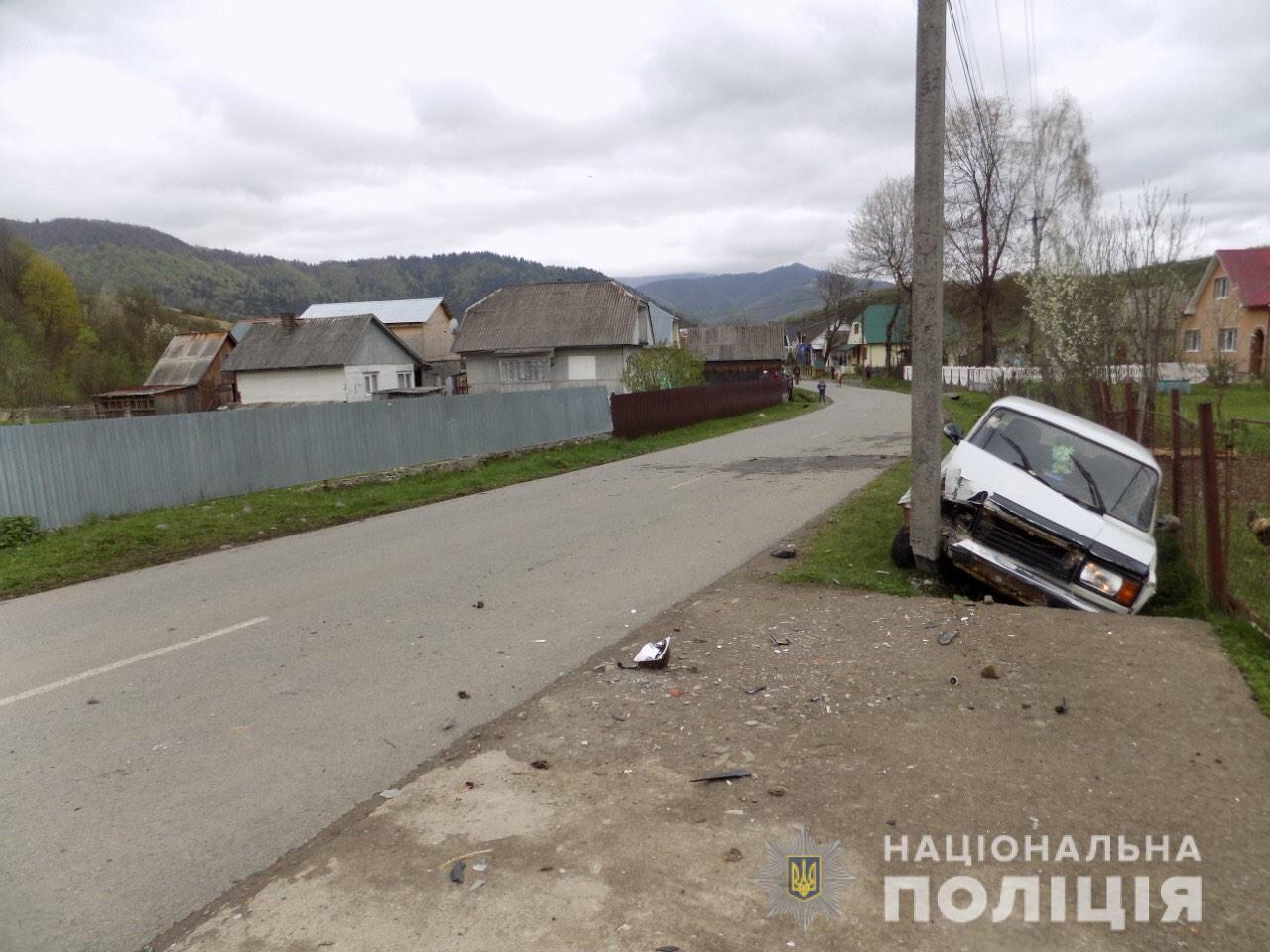 П'яний водій збив жінку, що йшла узбіччям і, тікаючи, врізався в електростовп