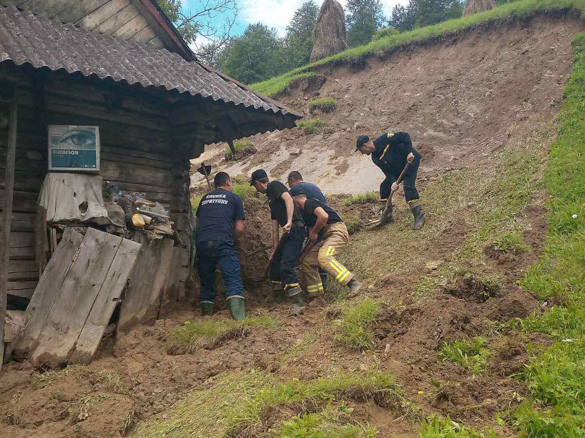 Рятувальники ліквідовують наслідки підтоплень у Верхньому Студеному