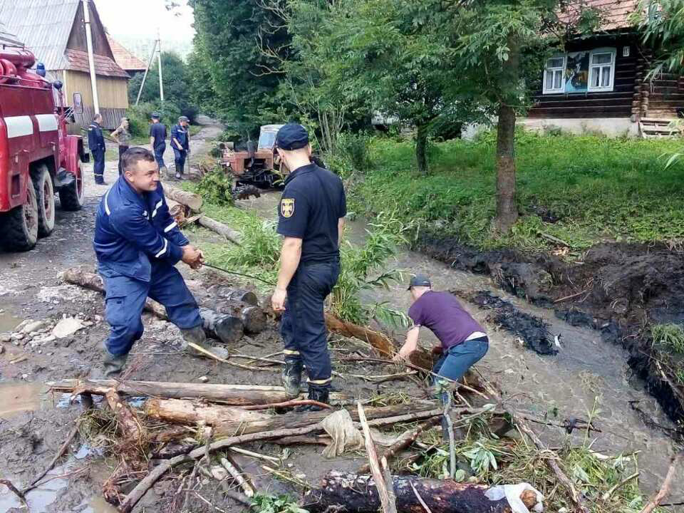 Рятувальники продовжують ліквідовувати наслідки підтоплень на Закарпатті (ФОТО), фото-6