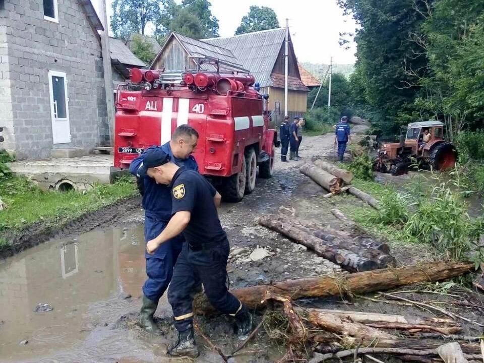 Рятувальники продовжують ліквідовувати наслідки підтоплень на Закарпатті (ФОТО), фото-4