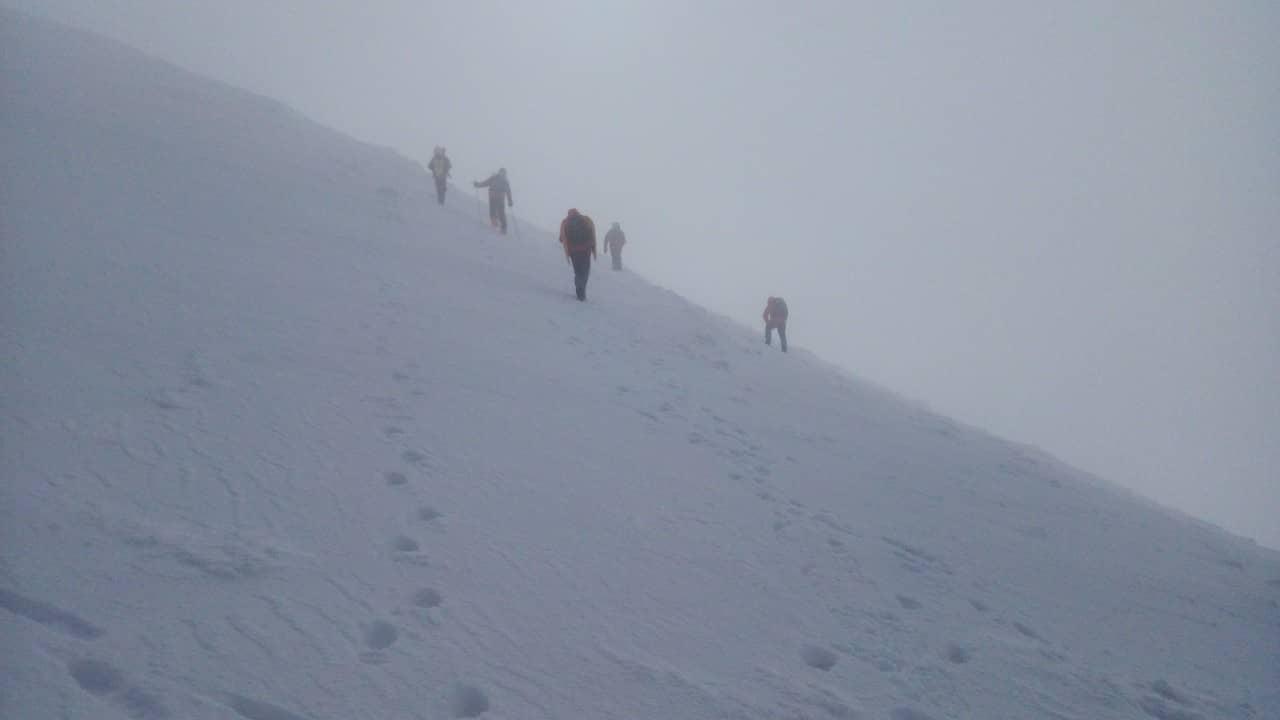 Сніг до 2 метрів, хуртовина, погана видимість та -15 градусів морозу: У горах шукають лижників