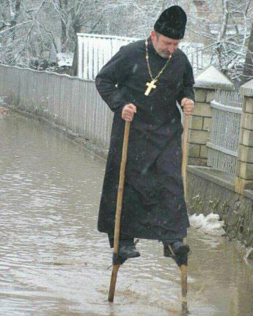 Коли дороги залило водою, то отець Василь ось так добирається до церкви - фото 73651