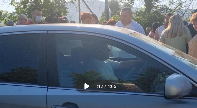 На Закарпатті, на очах поліції, у натовп мітингувальників в'їхав ексголова села та ексрадник голови Великоберезнянської РДА