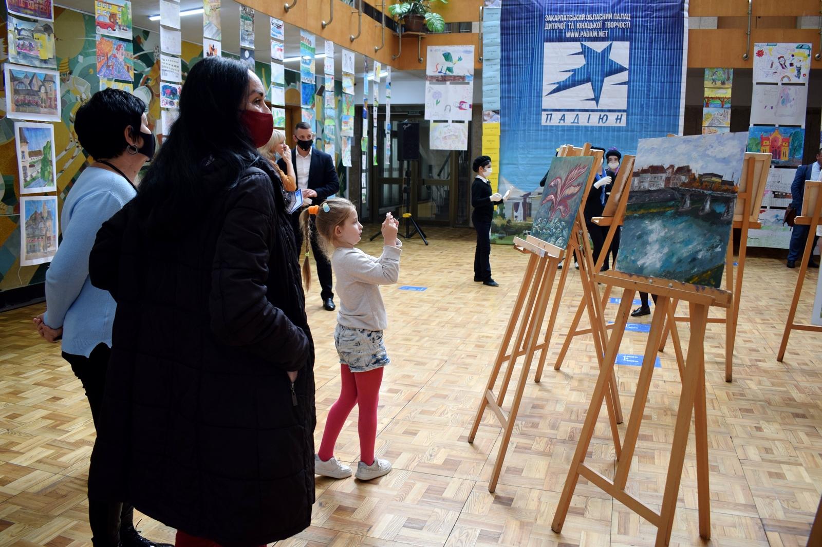 """Новий рекорд України """"Наймасовіший мистецький пленер"""" зафіксували в Ужгороді"""