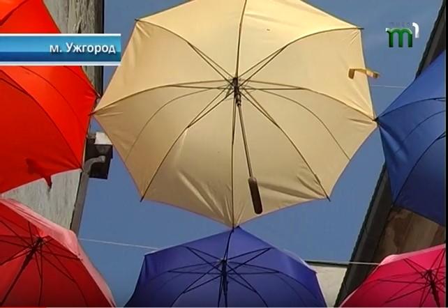 В Ужгороді вандали пошкодили міні-алею з парасольок