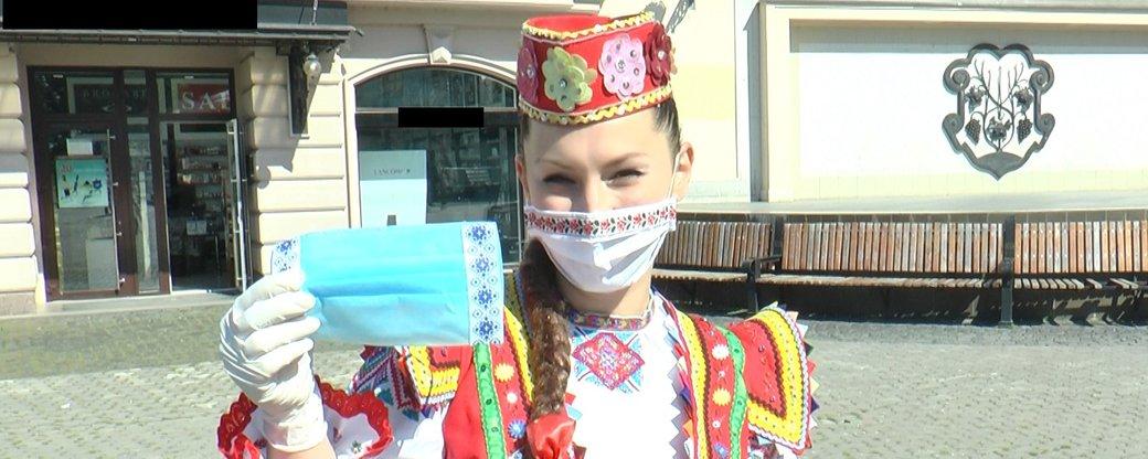 Маски з вишивкою роздавали в Ужгороді артисти Закарпатського народного хору (ВІДЕО)