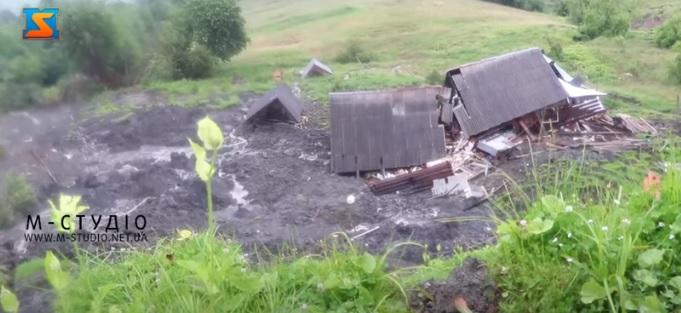 У Ясінях на Рахівщині тисячі тонн грунту можуть зійти на селище та перекрити Тису (ВІДЕО)