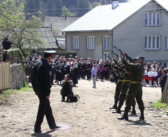 У закарпатському селі День Перемоги святкували 8 травня, зі стріляниною (ФОТО)